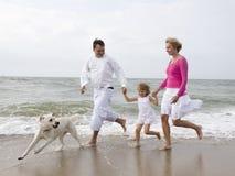 szczęśliwa rodzina na plaży Fotografia Royalty Free