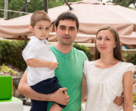 Szczęśliwa rodzina ojciec, matka i dziecko w plenerowym na letnim dniu, Portreta dzieciak na naturze i rodzice Pozytywne ludzkie  Obrazy Royalty Free