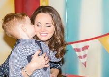 szczęśliwa rodzina Potomstwa macierzyści i dzieciak chłopiec na urodziny Portreta syn i mama Pozytywna ludzka emocj uczuć radość Zdjęcia Stock