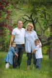 Szczęśliwa rodzina z dwa dzieciaków ogródem Zdjęcie Royalty Free