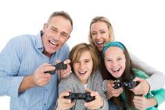 Szczęśliwa rodzina z dwa dziećmi bawić się wideo gry Obrazy Stock