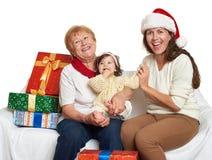 Szczęśliwa rodzina z pudełkowatym prezentem, kobietą z dzieckiem i starszymi osobami, - wakacyjny pojęcie Fotografia Royalty Free