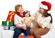 Szczęśliwa rodzina z pudełkowatym prezentem, kobietą z dzieckiem i starszymi osobami, - wakacyjny pojęcie Zdjęcia Royalty Free