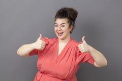 Szczęśliwa 20s gruba kobieta wyraża zabawy zwycięstwo Fotografia Royalty Free