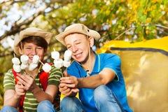 Szczęśliwe chłopiec z kapeluszu chwyta marshmallow kijami Zdjęcia Royalty Free