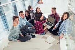 Szczęśliwe nastoletnie dziewczyny i chłopiec na schodkach szkoła lub szkoła wyższa Obraz Stock