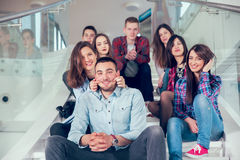 Szczęśliwe nastoletnie dziewczyny i chłopiec na schodkach szkoła lub szkoła wyższa Zdjęcia Stock