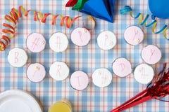 szczęśliwe urodzinowe babeczki szczęśliwy literują Fotografia Royalty Free