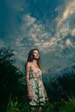 Szczęśliwi beztroscy żywotności wolności dziewczyny stojaki Zdjęcia Stock