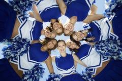 Szczęśliwi Cheerleaders Tworzy skupisko Przeciw niebu Obrazy Royalty Free