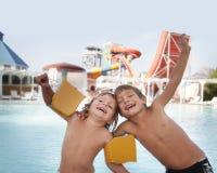 Szczęśliwi dzieci ma zabawę w aqua wody parku Obrazy Royalty Free