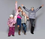 Szczęśliwi dzieciaki w zimie odziewają Fotografia Stock