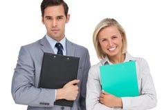Szczęśliwi ludzie biznesu stoi wraz z falcówkami Fotografia Stock