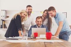 Szczęśliwi ludzie biznesu zespalają się wpólnie zabawę w biurze Obraz Stock