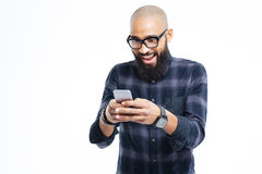 Szczęśliwy afrykański mężczyzna uśmiecha się telefon komórkowego i używa z brodą Zdjęcia Royalty Free