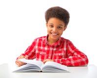 Szczęśliwy amerykanin afrykańskiego pochodzenia chłopiec studiowanie Obrazy Stock