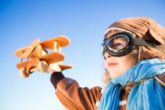 Szczęśliwy dzieciak bawić się z zabawkarskim samolotem Fotografia Royalty Free