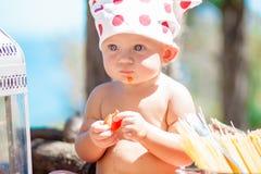 Szczęśliwy dziecko kucharz Śmieszni dzieciaki bawić się outdoors Wakacje pojęcie Fotografia Royalty Free