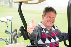Szczęśliwy golfista jedzie jego przy kamerą golfowy zapluskwiony ono uśmiecha się Obrazy Royalty Free