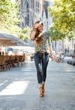 Szczęśliwy kobieta turysta blisko Sagrada Familia ma chodzącą wycieczkę turysyczną Obraz Royalty Free