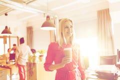 Szczęśliwy kreatywnie żeński urzędnik z coffe filiżanką Zdjęcie Stock