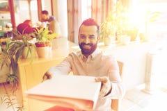 Szczęśliwy kreatywnie męski urzędnik z folfer Zdjęcia Stock
