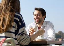 Szczęśliwy mężczyzna pije kawę z kobietą przy plenerową kawiarnią Zdjęcie Stock