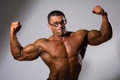 Szczęśliwy mięśniowy mężczyzna z nagą półpostacią Obraz Royalty Free