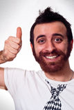 Szczęśliwy młody człowiek pokazuje kciuk up podpisuje Fotografia Royalty Free