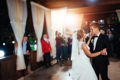 Szczęśliwy państwo młodzi ich pierwszy taniec, poślubia Zdjęcia Royalty Free