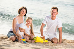Szczęśliwy rodzina składająca się z czterech osób przy plażą Zdjęcie Stock