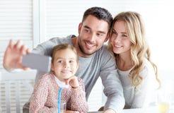 Szczęśliwy rodzinny bierze selfie przy restauracją Zdjęcia Stock