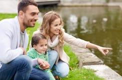Szczęśliwy rodzinny odprowadzenie w lato parku Zdjęcia Stock