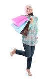 Szczęśliwy stać muzułmańskiej kobiety z torba na zakupy Zdjęcie Royalty Free