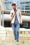 Szczęśliwy w średnim wieku mężczyzna używa telefon komórkowego Fotografia Stock