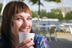 Szczęśliwy w ulicznej kawiarni Zdjęcia Stock