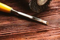 Szczotkarski świder i ścinak na ciemnym drewnianym tle Zdjęcie Stock