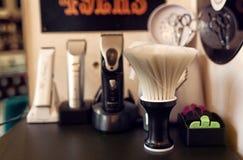 Szczotkarski golenie ustawiający w fryzjera męskiego sklepie Obrazy Royalty Free