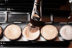Szczotkarski i kremowy concealer Fachowy kosmetyk Kremowy concealer Obraz Stock