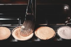 Szczotkarski i kremowy concealer Fachowy kosmetyk Kremowy concealer Obrazy Royalty Free