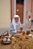 Szczotkarski producent na średniowiecznym rynku Zdjęcia Royalty Free