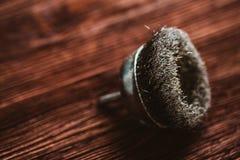 Szczotkarski świder na ciemnym drewnianym tle Zdjęcie Royalty Free