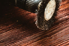 Szczotkarski świder na ciemnym drewnianym tle Fotografia Royalty Free
