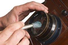 szczotkarskiego cleaning obiektyw Zdjęcia Royalty Free