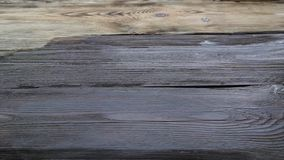 Szczotkuje z farbą w górę starej drewnianej deski dalej zbiory