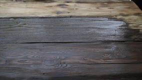 Szczotkuje z farbą w górę starej drewnianej deski dalej zdjęcie wideo