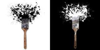 Szczotkuje z pluśnięciami biały, czerń atrament/ Na białego, czerni tle/ Obraz Royalty Free