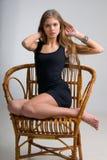 Szczupła dziewczyna na krześle zdjęcia royalty free