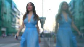 Szczupła dziewczyna w błękit sukni odprowadzeniu na ulicznym, super zwolnionego tempa bokeh wideo, 250 fps zdjęcie wideo