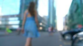 Szczupła dziewczyna w błękit sukni odprowadzeniu od kamery na ulicznym, super zwolnionego tempa bokeh wideo, 250 fps zbiory